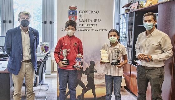 El Director General de Deportes del Gobierno de Cantabria, recibe a los Subcampeones de España Alevín y Benjamín, José Antonio Salas López y Lucía González Ortega